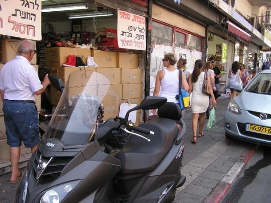 המאבק על המדרכה: מכונית, אופנועים, אופנים, הולכי רגל. תנחשנו מי מנצח?