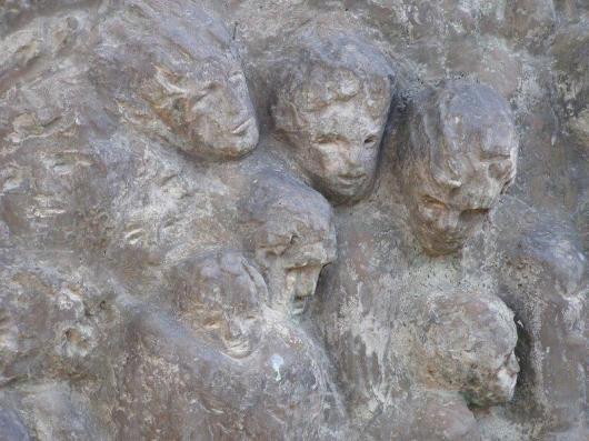 """""""מעפילים"""". הפסל - מעשה ידיה של בתיה לישנסקי. התרומה - מרים ונחום פרידלס."""