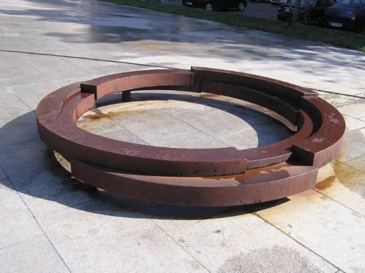 הגלגל מבטא את המורשת ההודית של הרומה. הגלגל בעל 16 החישורים מעטר את דגל הרומה ןמסמל מסע ואיש.