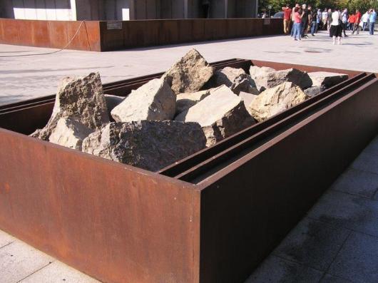 שברי מצבות של יהודים שלוקטו והובאו לכאן.